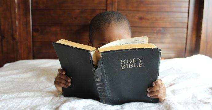 pune-mana-pe-biblie